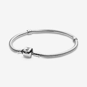 Bracciale in Argento 19 cm - maglia snake, chiusura a barilotto Pandora. La filettatura consente di avvitare i charm, facendoli scorrere lungo il bracciale. 590702hv