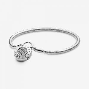 Bracciale in Argento 17cm - maglia snake, chiusura a lucchetto Pandora. La filettatura consente di avvitare i charm, facendoli scorrere lungo il bracciale 597092cz