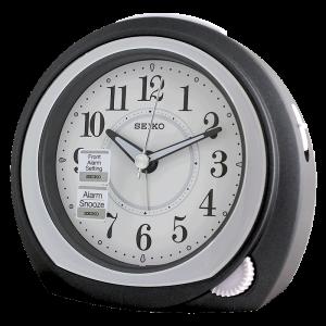 Orologio Sveglia analogico in plastica nero con movimento al quarzo. Quadrante bianco con lancette nere.Dotata di funzione allarme e luce, compreso di pila.