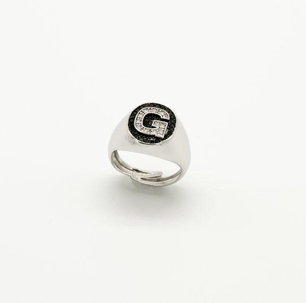 Anello in Argento 925/1000 regolabile con iniziale ed intorno zirconi incastonati di colore bianco e nero - Made in Italy.