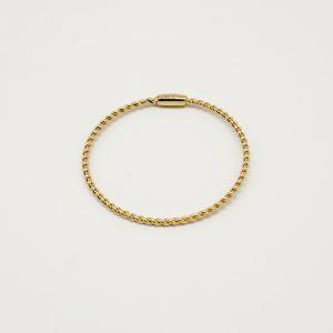 Bracciale dorato rigido con effetto intreccio, scritta Gattinoni incisa su targhetta allo stesso modo dorato, ed il prodotto è anche Made In Italy.