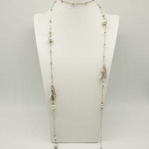 Collana color Acciaio 60cm con catena maglia rolò, perline color acciaio e perle bianche ed infine gocce traforate a spirale.