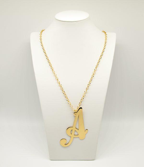 Collana Donna Iniziale Big Gold - Catena rolò regolabile - l' altezza dell'iniziale è di 10cm e la larghezza e di 6cm - Chiusura a moschettone dorata.