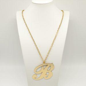 Collana Donna Iniziale Big Gold - Catena rolò regolabile - l' altezza dell'iniziale è di 7cm e la larghezza e di 7cm - Chiusura a moschettone dorata.
