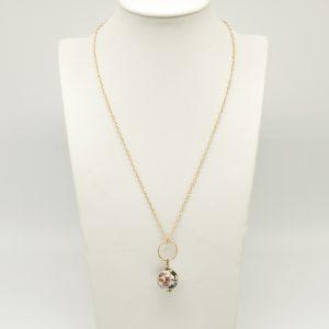 Collana 50cm regolabile in argento color oro con cerchio dorato lavorato e ceramica pendente dipinta a mano nei toni del bianco e rosa, ed infine chiusura a moschettone allo stesso modo dorata.