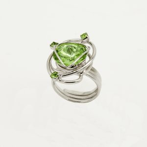 Anello acciaio regolabile e pietre Swarovski Originali(Con Certificato di Garanzia Originale Swarovski) di colore verde.