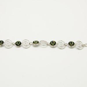 Bracciale 20cm regolabile di colore acciaio, con pietre Swarovski certificate di colore verde,spirali in acciaio ed infine chiusura a moschettone.