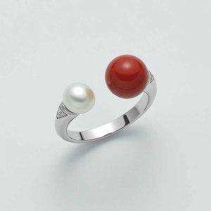 Anello Contrariè in argento 925/1000 con perla bianca misura 6,5-7mm, agglomerato di corallo rosso misura 9mm.