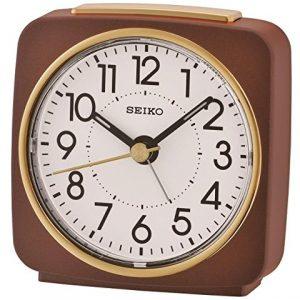 Orologio Sveglia analogico plastica argento movimento quarzo. Quadrante bianco con lancette nero. Dotata di funzione allarme e luce, compreso di pila.