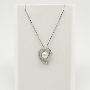 Collana per Donna a Marchio Donna Oro, referenza 00366 Collana in oro 18kt 750/1000 Diamanti KT 0,22 catenina veneziana con ciondolo a forma di spirale tempestato di diamanti, Con in centro una perla coltivata,