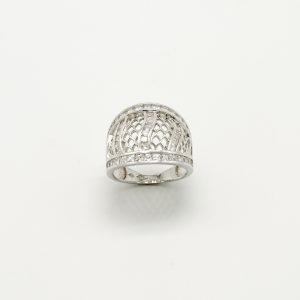 Anello per Donna a Marchio Peñaranda Jewels in Oro 750/1000. Ref. 14222 L'anello è in Oro Bianco con zirconi quadrati e a forma di trapezi con incastonatura battuta E' un anello a Fascia larga Il Peso è di 7,2 grammi circa, La Larghezza è di 17,7mm, La Misura è 14, ma a richiesta messa a misura gratuita presso il Nostro laboratorio Prodotto Made in Italy.