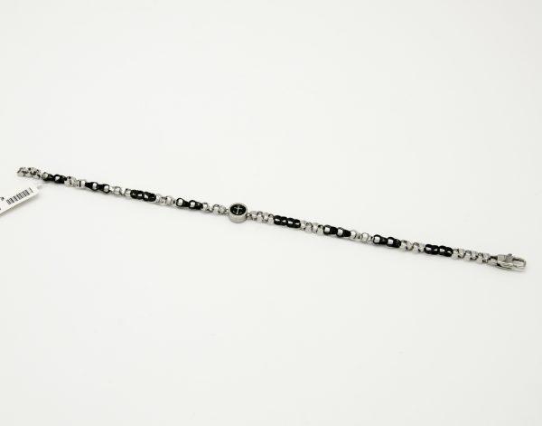 Bracciale per Uomo A marchio Peñaranda Jewels Ref. 06360 in Acciaio 316L, e smaltature nere. Il bracciale presenta un'ottima rifinitura, Con in centro un cilindro in acciaio di diametro di 8 mm con un ancora da entrambi i lati,smaltata di nero. Le maglie sono intervallate Acciaio e acciaio smaltato nero. La chiusura è a Moschettone di forma rettangolare. la lunghezza è di 21 cm, ma regolabile grazie al tipo di maglie.