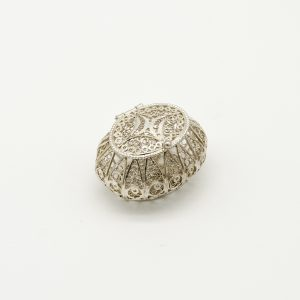 Scatola Portagioie in Argento 925/1000 a Marchio Peñaranda Jewels Ref. 14219 La Larghezza della scatola è di 19 mm, la profondità è 28,6 mm, e l'altezza è 21,5 mm. Il peso dell'argento è 9 grammi. La scatola è in Filigrana d'Argento ed è artigianale Solitamente viene utilizzata per contenere la coroncina del Rosario, ma potrebbe essere utilizzata anche come portapillole Il coperchio chiude ad incastro. Il prodotto è realizzato a Genova pertanto Made in Italy,