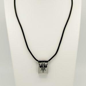 Collana con pendente in acciaio da Uomo Lotus Style LS1113/1/5 La collana è in vero Cuoio di colore Nero la lunghezza è di 49cm accorciabile Il pendente di forma rettangolare 3 cm x 2 cm spessore 7mm con disegni Etnici smaltati neri