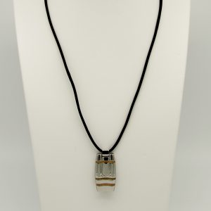 Collana con pendente in acciaio da Uomo Lotus Style LS1137/2/2 la lunghezza della collana è di 54cm Il pendente è di forma rettangolare con i lati leggermente curvi dimensioni pendente : 35 mm x 19 mm spessore 7,2 mm, il pendente ha delle strisce in acciaio laminato Rosè La chiusura della collana è a moschettone ed in acciaio.