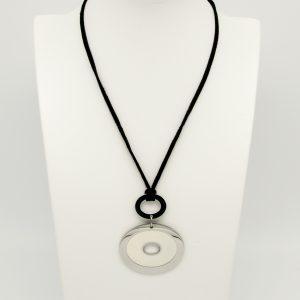 """Collana con pendente da donna a Marchio Lotus Style, con la referenza LS1243/1/1 La collana è in Stoffa """"tipo velluto"""" e misura 40cm + 3cm di catenella per regolazione, totali 43cm. Il pendente è formato da due ovali posizionati in modo orizzontale, di cui uno smaltato di Bianco."""