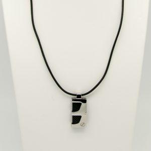Collana con pendente in acciaio da Uomo Lotus Style LS1273/1/1 La collana è in vero Cuoio di colore Nero la lunghezza è di 48cm + 3 cm di catena di regolazione Il pendente di forma rettangolare 31 mm x 16 mm spessore 5,6 mm, con parti in fibra di Carbonio