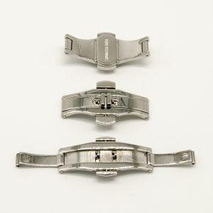 """Chiusura in Acciaio a """"scomparsa"""" per Cinturino in Acciaio Ref. CH2006 La chiusura è facilitata dai due pulsanti laterali, ed è molto ben rifinita. Sono disponibili misure di larghezza differenti 19-21-23 mm la lunghezza è per entrambe 41mm anche l'attacco al cinturino è per tutte 6mm Per adattare queste chiusure ad un Orologio, E' Importante verificare le misure della larghezza chiusura e la larghezza dove si collegherà il cinturino in acciaio. La chiusura è in acciaio Inox Il prodotto è spedito in Bustina di plastica trasparente"""