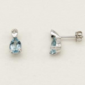 Orecchini in Oro Bianco, Topazi Azzurri e Diamanti 0,04 Kt Peñaranda Jewels Ref. Xor00018 Orecchini in oro 18kt 750/1000, Peso 3,1 grammi circa Diamanti kt 0,04, Taglio brillante rotondo, L'incastonatura dei topazi azzurri di forma a goccia è a griffe, quella dei diamanti è a baffetti, la chiusura è a farfallina. La lunghezza degli orecchini è 13,1 mm, la larghezza 6,8 mm.