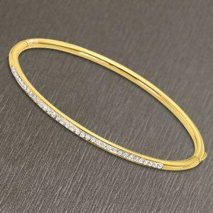 Bracciale da Donna a Marchio Lotus Style, con la referenza LS2111/2/2 Il nome della collezione a cui appartiene è Bliss. Bracciale rigido in acciaio di colore oro con zirconi, Spessore 3 mm - Chiusura a scatto.