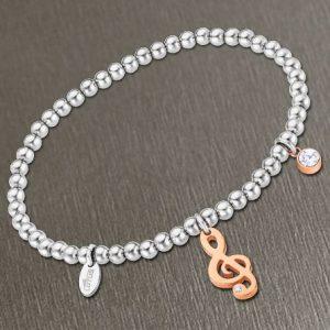 Bracciale da Donna a Marchio Lotus Style, con la referenza LS2171/2/6 Il nome della collezione a cui appartiene è Millennial, Bracciale elastico con sfere in acciaio - Spessore 4 mm, Pendente in acciaio rosè a chiave di violino con strass.
