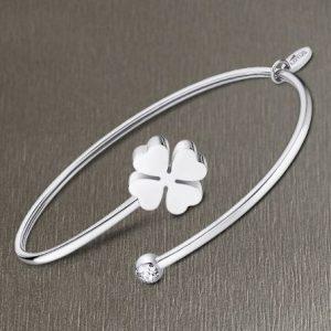Bracciale da Donna a Marchio Lotus Style, con la referenza LS2169/2/5 Il nome della collezione a cui appartiene è Millennial, Bracciale rigido in acciaio, Con simbolo quadrifoglio e strass bianco.